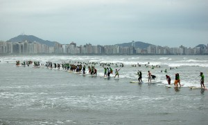 The current world record - 100 surfers on the same wave at Earthwave Brazil in 2008 - Photo: Pedro Monteiro