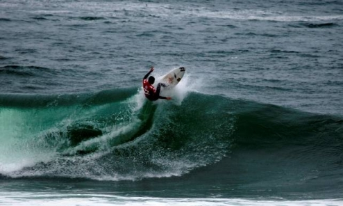 Pictured: SA's Warwick Wright hits the lip at Senoritas on Day 1 of the 2010 Billabong ISA World Surfing Games in Peru last Wednesday. Wright will be back in action in Repecharge Round 4 today. Photo: ISA / La Torre