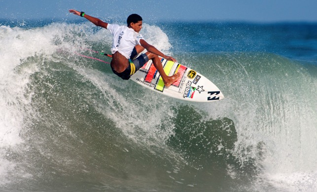 Joshe Faulkner in action on the final day of the 2014 VISSLA ISA World Junior Surfing Championships on Sunday. The teenager from Jeffreys Bay was the highest placed South African in Ecuador, finishing 6th in the U16 Boys division. Photo: ISA / Rommel Gonzales