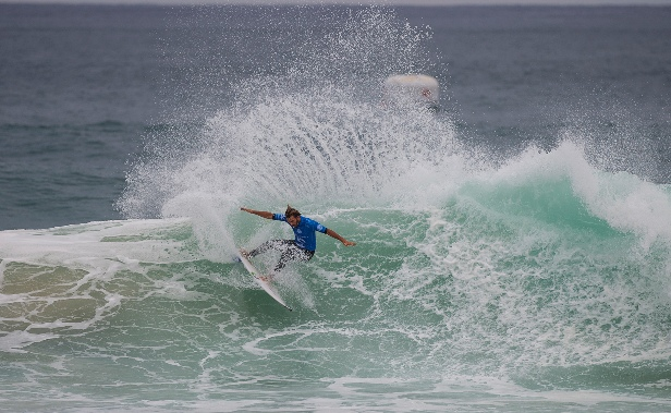 Wildcard Frederico Morais (PRT) upset current Jeep Rankings leader Mick Fanning (AUS) in Round 3 of the Moche Rip Curl Pro Portugal on Sunday Image: WSL / Kirstin