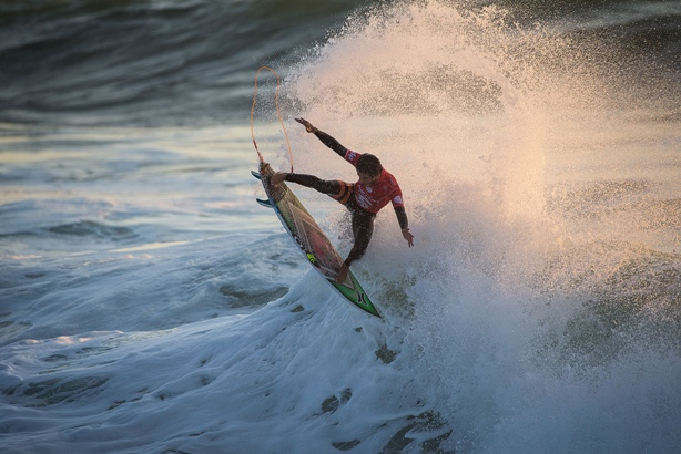 Filipe Toledo (BRA) takes to the air on his way to victory in the Moche Rip Curl Pro Portugal Image: WSL / Poullenot
