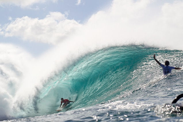 Wildcard Mason Ho (HAW) emerges from the barrel Photo: WSL / Masurel