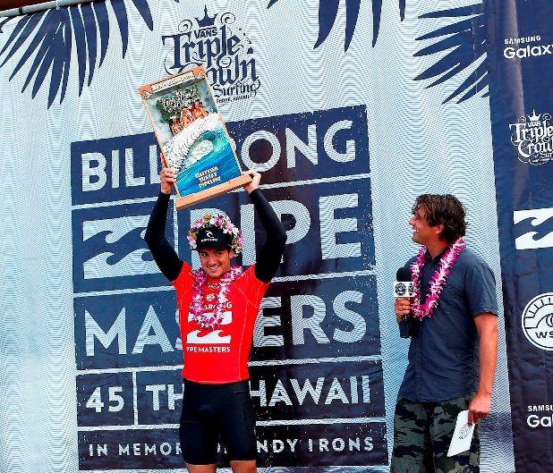 Gabriel Medina (BRA) hoists the Vans Triple Crown of Surfing trophy Photo: WSL / Kirstin