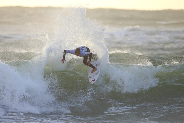 Matt McGillivray (Jeffreys Bay) in action during his Round 1 heat win at the Ericeira World Junior Championships in Portugal on Tuesday  Photo: WSL / Masurel