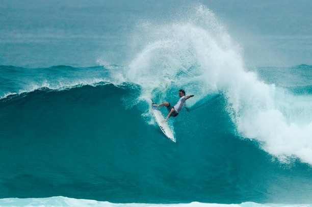 Jordy Smith (ZAF, Durban) performs a trademark hack at Sunset Beach in Hawaii on his way to victory in the final of the Vans World Cup Image: WSL / Cestari