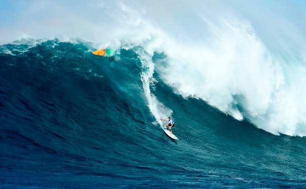 "Grant ""Twiggy"" Baker (Durban, ZAF) charged at Jaws in Hawaii on his way to 3rd place in the Pe'ahi Challenge Photo: WSL / Cestari"
