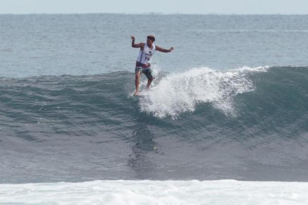 Alfonso Peters hangs five at the Kumul PNG World Longboard Championships Photo: WSL / Hain