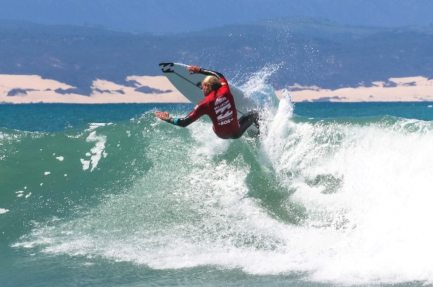 Adin Masencamp (Cape Winelands) charged into the quarterfinals of the Billabong SA Junior Champs pres. by BOS at Jeffreys Bay on Friday Photo: Billabong / Thurtell