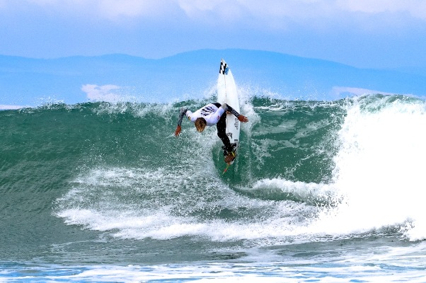 Max Elkington (Cape Town Surfriders) kept his challenge alive for the U16 boys' title at the Billabong SA Junior Champs pres. by BOS at Jeffreys Bay on Saturday Photo: Billabong / Thurtell